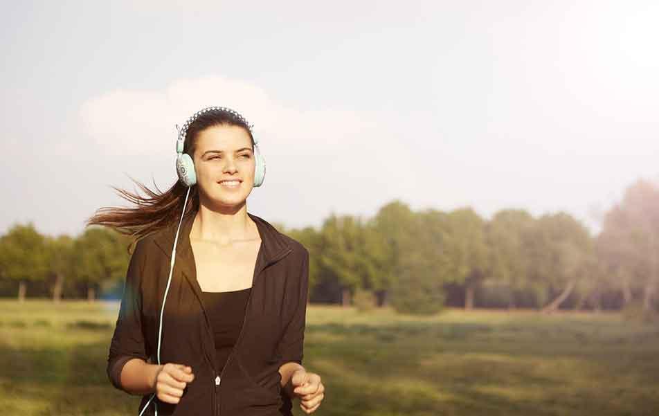 joggeuse écoutant de la musique
